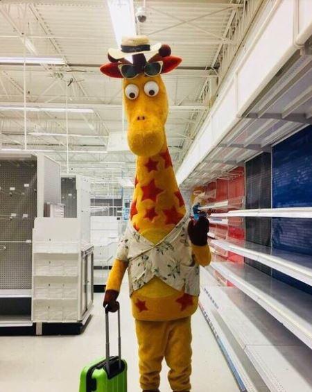 geoffrey-giraffe-when-toy-r-us-last-day-june-30-viral-facebook-kids-sad